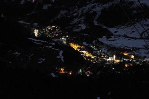 Der Ort Disentis/Mustér in der Cadi, Surselva, Graubünden, Schweiz in Winterstimmung und Schnee in einer Vollmondnacht. Foto: Stefan Schwenke