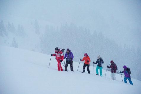 Schneeschuhwanderer auf einer Wintertour durch die Surselva, Graubünden, Schweiz. Foto: Stefan Schwenke