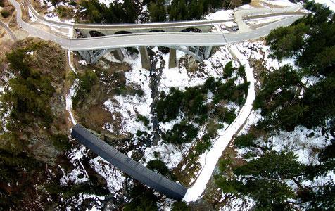 Gleich drei Brücken führen über den Russeinertobel – unten die Russeinerbrücke, la Punt Gronda oder die Brücke von Hohenbalken. Foto: Stefan Schwenke/Viva Disentis