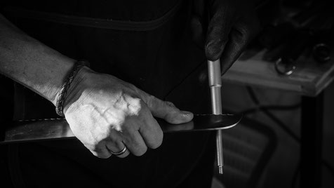 Brotsaege wird von Hand geschliffen