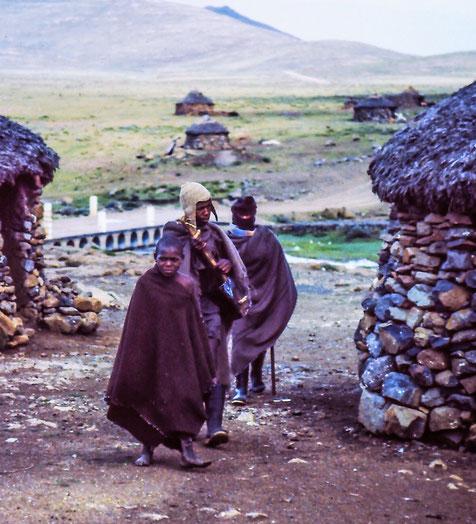 Männer in einem Dorf in Lesotho - (c) Monika von TravelWorldOnline Traveller