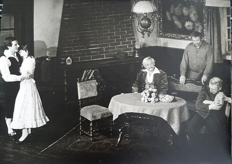 """Rechts Hannes Demming, ganz links bin ich in der Rolle des """"jugendlichen Liebhabers"""", außerdem im Bild Marita Hopp, Bernhard Frehe und Rudi Hintze - Foto Rainer Genius"""