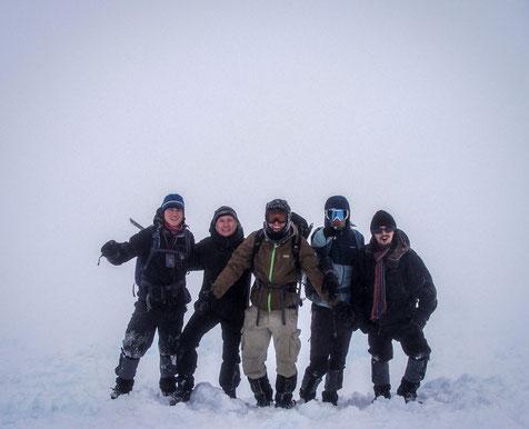 After 4 h, we reached (almost) the top: Me, Friedrich, Mikis, Yannis and Orri. // Nach 4 h erreichten wir fast den Gipfel.