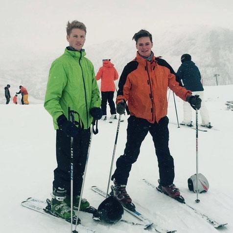 Sven Schadomsky (links) mit Mit-Praktikant Matthias beim Skifahren