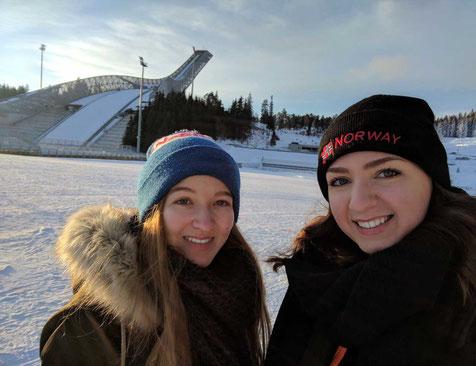 Annika Reiss und Rebecca Kronseder vor der Skisprungschanze in Oslo