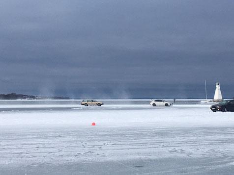 Autos fahren auf dem zugefrorenen Vätternsee in Vadstena