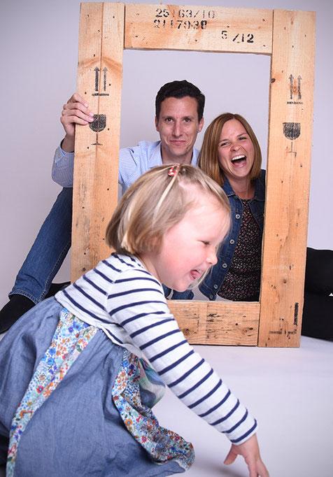 Bild-Familie-Familienfotos-Gutschein-einlösen-Foto-mit-Kind-Bilderrahmen-Rahmen-aus-Holz-Fotografin