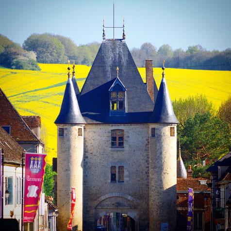 La porte médiévale de Sens à l'entrée nord de Villeneuve-sur-Yonne est une étape du parcours historique.