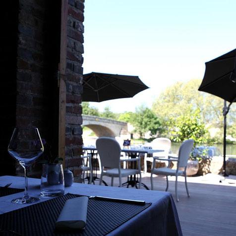 Terrasse du restaurant La Lucarne aux chouettes à Villeneuve-sur-Yonne