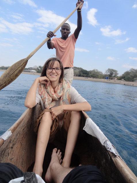 Brighton und Lotte in einem Einbaum-Boot