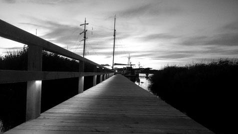 """Seesteg in der Abenddämmerung, im Hintergrund Die """"Weiße Düne"""""""