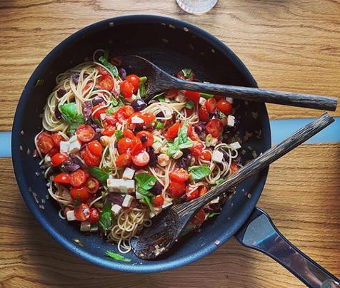 Rezept Leinöl mit Spathetti Salat Tomaten und Basilikum