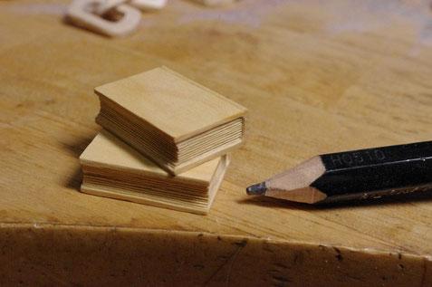 小さな本を2冊。後ろに鎖が写り込んじゃっている。