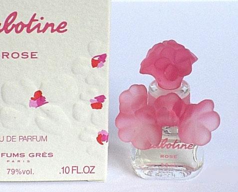 CABOTINE ROSE - EAU DE PARFUM 3,2 ML ; GROS PLAN SUR LE BOUCHON FLEUR ROSE