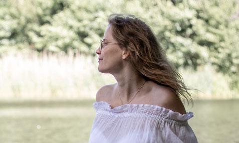 Stefanie Anna Kremser Urkraftwunder Yoga Coaching Sound Healing Visionärin Yogalehrerin Coach Körper Geist Seele Meditation in Bewegung Kurse Workshops Onlinekurs Retreats