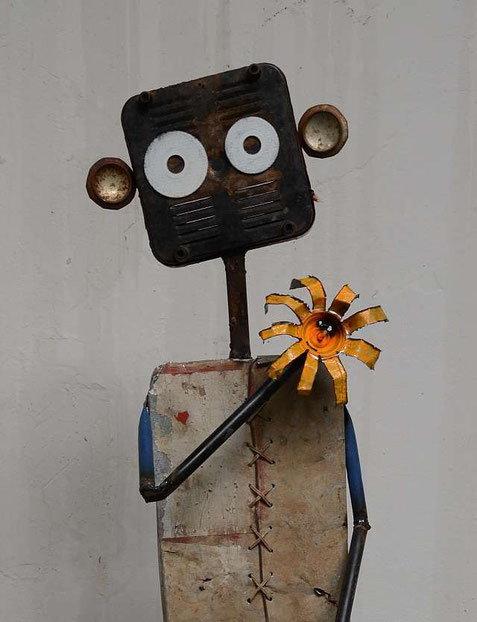 NALA´s Geburtstag (Skulptur von Owen Shikabeta, 135cm x 35cm x 77cm ) Stahl und versch. Metall