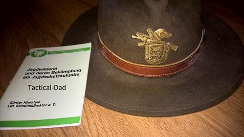 """Zum Abschluss von Operation Sirius habe ich von meinem Jagdschutzmentor seinen Blaser Jagdaufseher Hut geschenkt bekommen, zusammen mit dem Buch """"Jagdwilderei und deren Bekämpfung als Jagdschutzaufgabe"""". Danke :-)"""