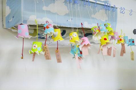 夏祭りの遊びで制作した風鈴をエアコンの前に飾りました。エアコンの風でクルクル回り、生徒は大喜びです。