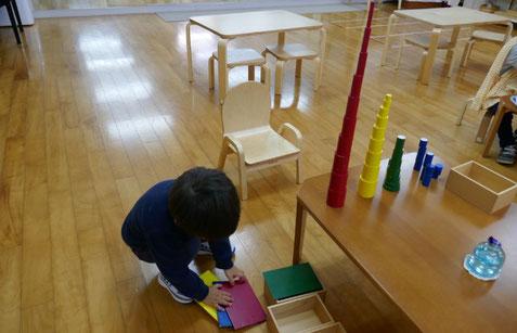 モンテッソーリの活動で、4色の色付き円柱をそれぞれに積み重ねて、塔を作りました。