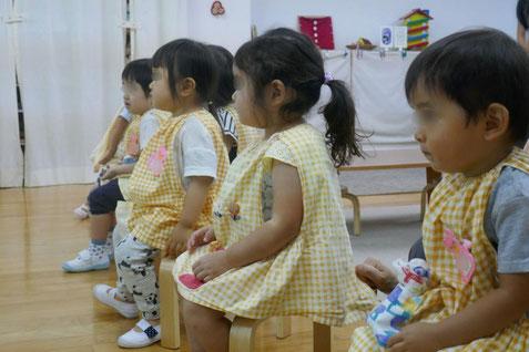 2歳児母子分離コースのモンテッソーリ活動で月見団子づくり。先生のつくる様子と説明を集中して聞きました。