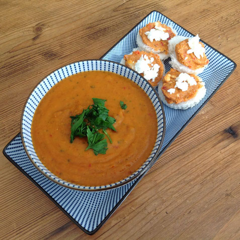 Rode linzensoep met tomaat en paprika.