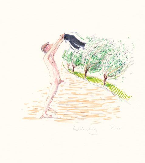 Mann steht nackt, seine Hose in den Wind haltend, am Strand
