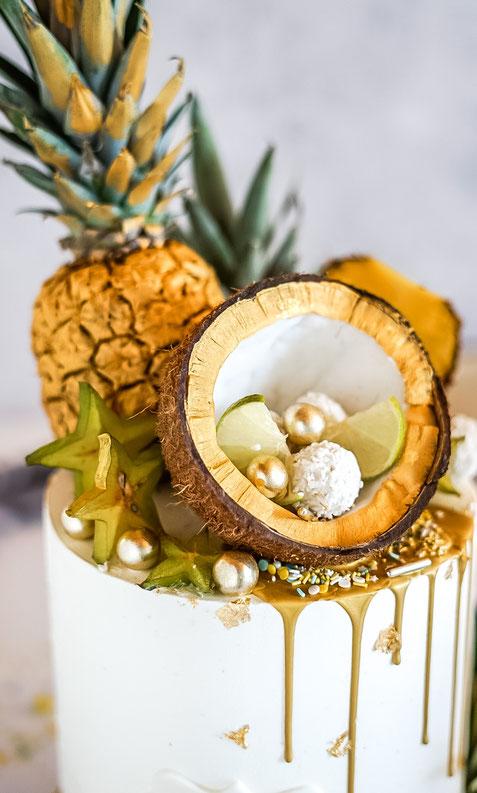 Tropical Kokos-Mango-Torte mit goldenen Früchten