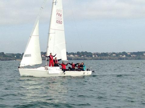 Le J80 avec son équipage pris en photo de notre deuxième bateau peu après le départ