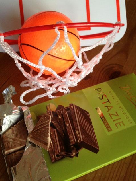 Eine Tafel belgische Schokolade unter einem Basketballkorb