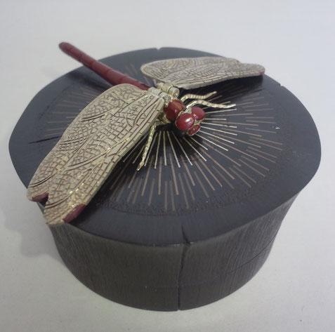 象嵌香合・炭に蜻蛉 (ぞうがんこうごう・すみにかげろう) 60×60×30㎜  黒味銅、四分一、銅、銀