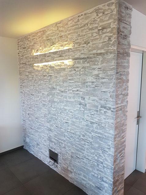 Steinwand mit Kundenseitig integriertem Licht.