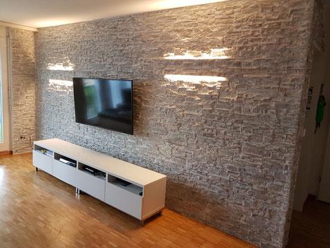 Steinwand mit integriertem Licht.