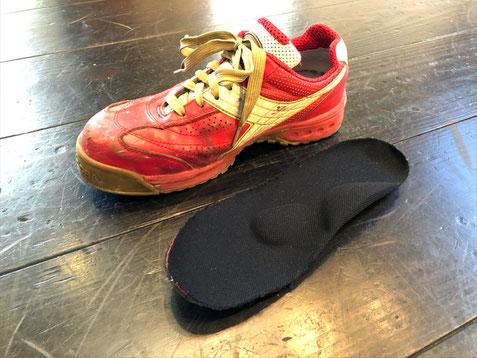 お仕事用の靴に内蔵されていたインソールにパッドを貼り、トップカバーで仕上げました