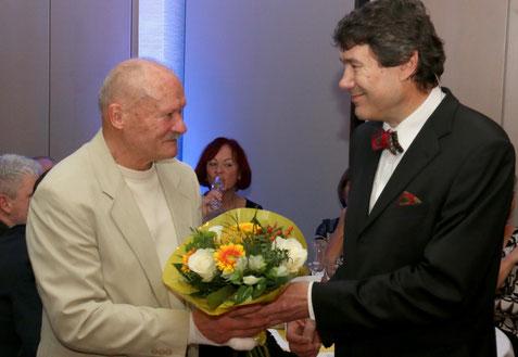 Günter erhält die Glückwünsche zur Auszeichnung vom Präsidenten des Leichtathletik Verbandes Sachsen-Anhalt -  Gerry Kley