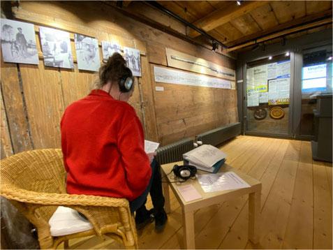 Interviews können über iPods angehört werden. Bild: zvg