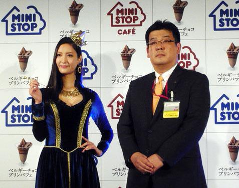 ベルギーチョコプリンパフェのCMに出演する菜々緒さんと堀田昌嗣取締役