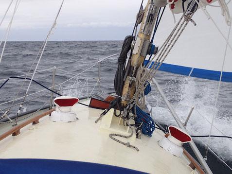 Fröhlich stampft Segelboot Pouncer durch die Gegend.