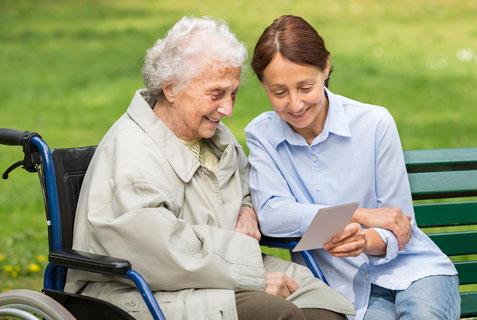 fürsorgliche Pflege durch von RAUM Seniorenpflege24 vermittelte Betreuerinnen