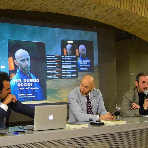 Manrico Erriu durante la presentazione del suo libro autobiografico.