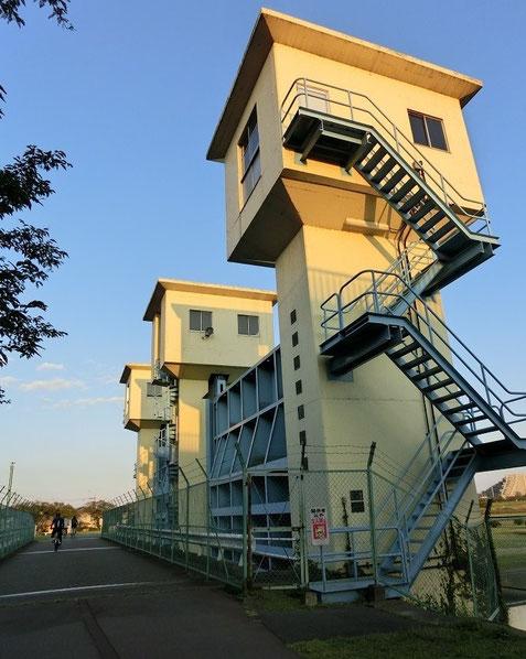 10月22日(2014) 多摩川の水門(多摩川サイクリングロード):北多摩一号水再生センター、この水門からきれいに再生された水が多摩川に放流される(10月17日撮影)