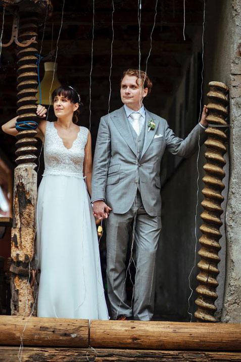 Martina & Michi bei der Agape in der charmanten Stadtflucht Bergmühle (Foto © Freynoi - die Hochzeitsfotografinnen)