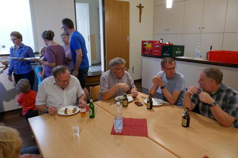 Speisen und Gespräche im Gemeindeheim