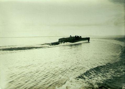 """Versuchs-Schnellboot """"Narwal"""" mit Höchstfahrt vor Travemünde Ende der 20er Jahre – Foto: Archiv 7. SGschw"""