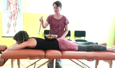 Klangmassage (Klangschalenmassage) und Klangtherapie bietet Entspannung mit Klangschalen von Klangtherapeutin Michaela Brinkmeier in NRW, OWL, Kreis Gütersloh, Bielefeld, Paderborn und bundesweit in Seminaren, Kursen und Workshops.