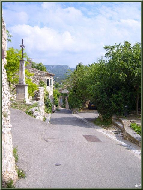 Une ruelle au village d'Eygalières dans les Alpilles, Bouches du Rhône