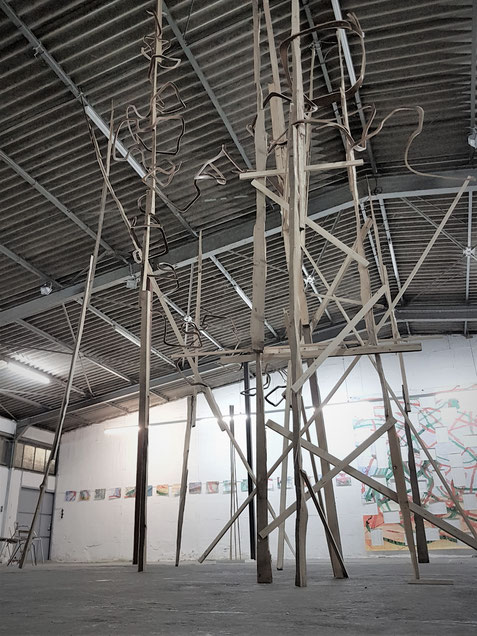 """Installation, freistehend - Gespaltenes Holz, zersägte Aulastühle - Ausstellung Werft77 """"Paarweise"""""""