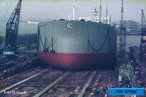 Unter den Schiffssirenen gleitet der Tanker ins Wasser