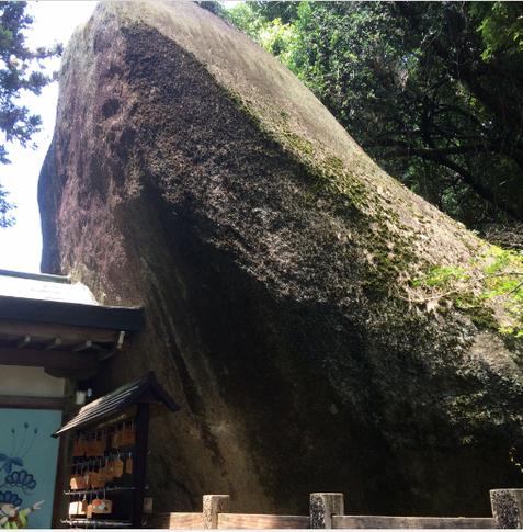 磐船神社 ご神体の巨石 (筆者撮影)