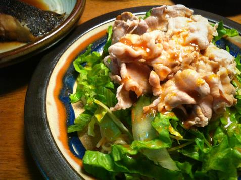 てんこ盛りサラダの上にボイルした肉=冷しゃぶ、、と思いきや冷麺でしたw  シーズンですね~、。