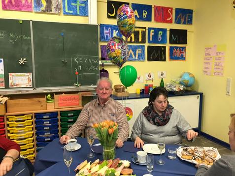 Verabschiedung von Herrn Priss. Nach 35 Jahren im Dienst der Stadt wurde in der letzten Woche Herr Priss von Schülern, Eltern und Kollegium verabschiedet.